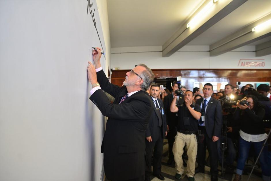 Iván Velásquez, jefe de la Comisión Internacional Contra la Impunidad en Guatemala (CICIG), también estampó su firma en el lienzo. (Foto: Wilder López/Soy502)