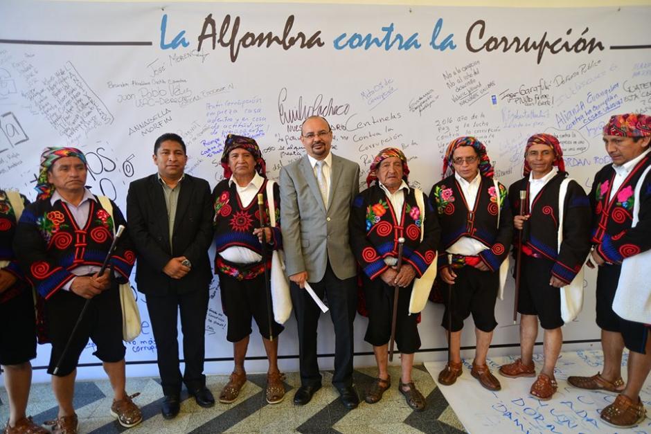 Al centro, Manfredo Marroquín de Acción Ciudadana, acompañado de Autoridades Ancestrales de Chichicastenango. (Foto: Wilder López/Soy502)