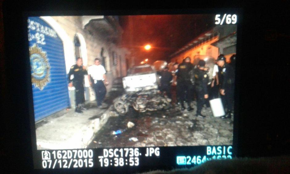 Disturbios en La Democracia Escuintla en donde fueron quemadas varias radiopatrullas. (Foto: Luis García/Nuestro Diario)