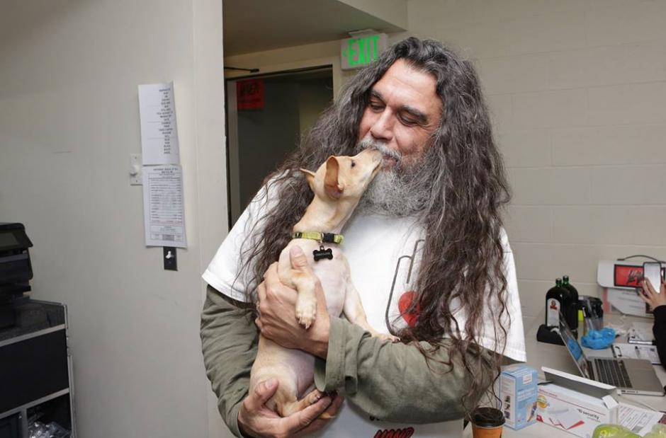 "Tom Araya, con ""Slayer"", se dan algunos besitos. (Foto: Motley Zoo Animal Rescue)"
