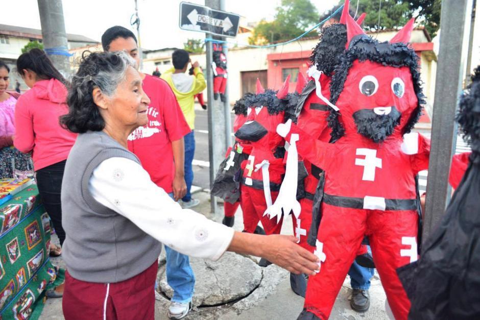 Media hora antes de las 18 horas, que es cuando se lleva a cabo esta tradición, las personas todavía compraban las piñatas de el diablo en la zona 12 de la capital.(Foto: Jesús Alfonso/Soy502)