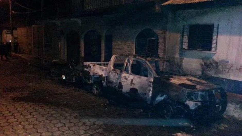 Varios vehículos fueron incendiados por la turba enardecida. (Foto: Luis García/Nuestro Diario)