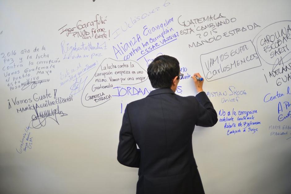 """Los asistentes a la actividad, plasmaron un mensaje en la denominada """"Alfombra Contra la Corrupción"""". (Foto: Wilder López/Soy502)"""