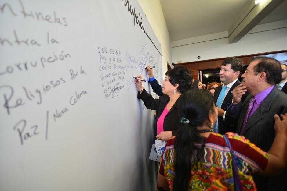 María Eugenia Mijangos, Magistrada del Tribunal Supremo Electoral (TSE), también plasmó su mensaje contra la corrupción. (Foto: Wilder López/Soy502)