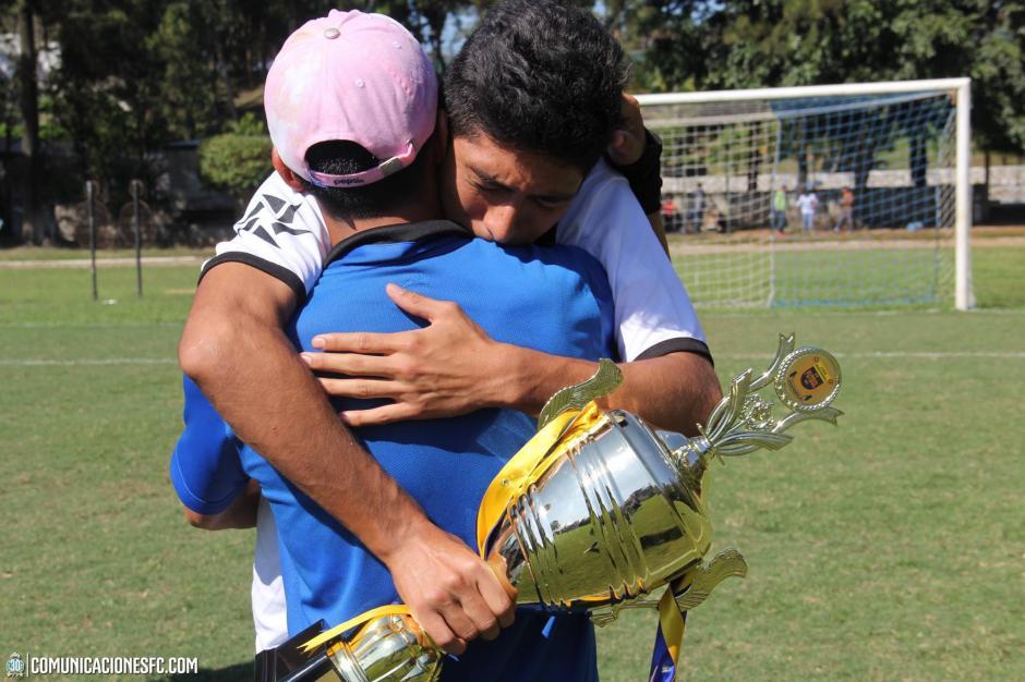 Abrazo y reconocimiento del jugador juvenil de Comunicaciones, de la Sub 17, con su entrenador Rigoberto Gómez.(Foto: Facebook Comunicaciones FC.)
