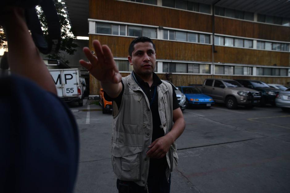 Empleados de la CICIG intentaron evitar que periodistas realizaran fotografías del lugar. (Foto: Wilder López/Soy502)