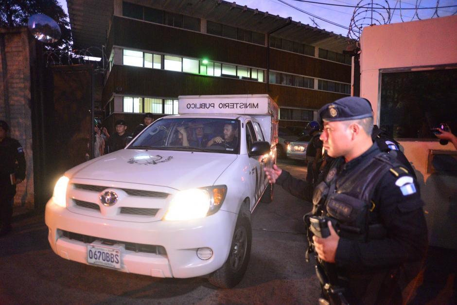 Fiscales del Ministerio Público (MP) se retiran de las instalaciones de DIGICI en la zona 4, después de realizar un allanamiento. (Foto: Wilder López/Soy502)