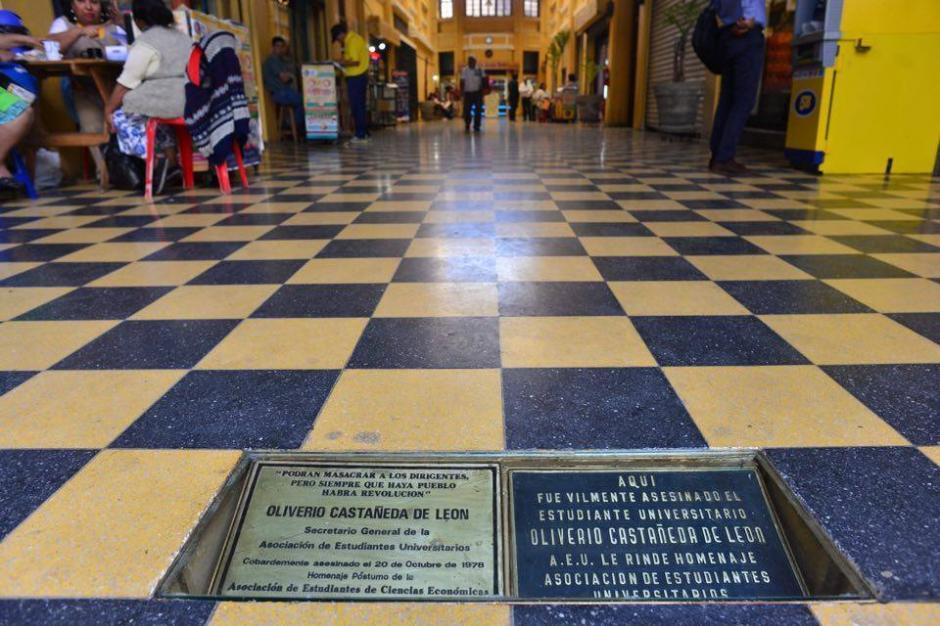 Los viandantes se preocuparon el sábado por las placas que, se creía, habían sido robadas. (Foto: Jesús Alfonso/Soy502)