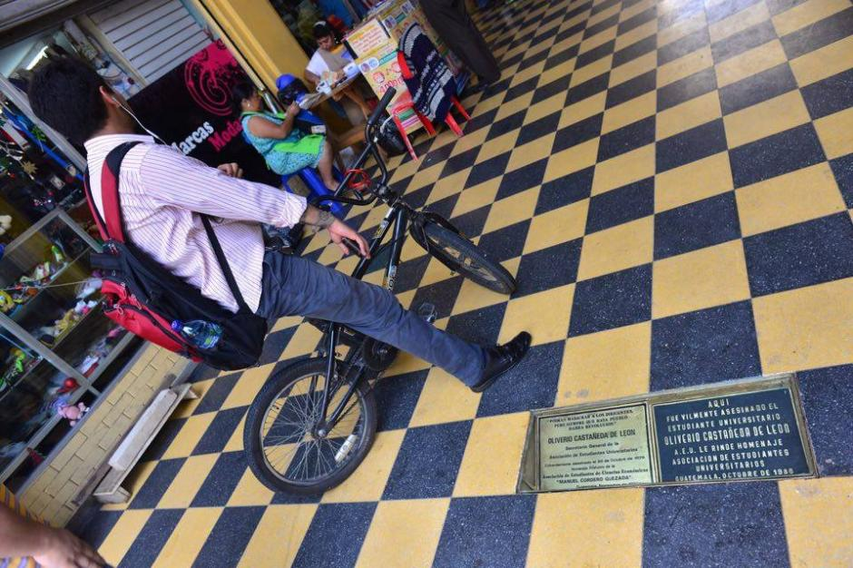 La placa se encuentra ubicada en la entrada del Pasaje Rubio en honor al líder universitario Oliverio Castañeda. (Foto: Jesús Alfonso/Soy502)