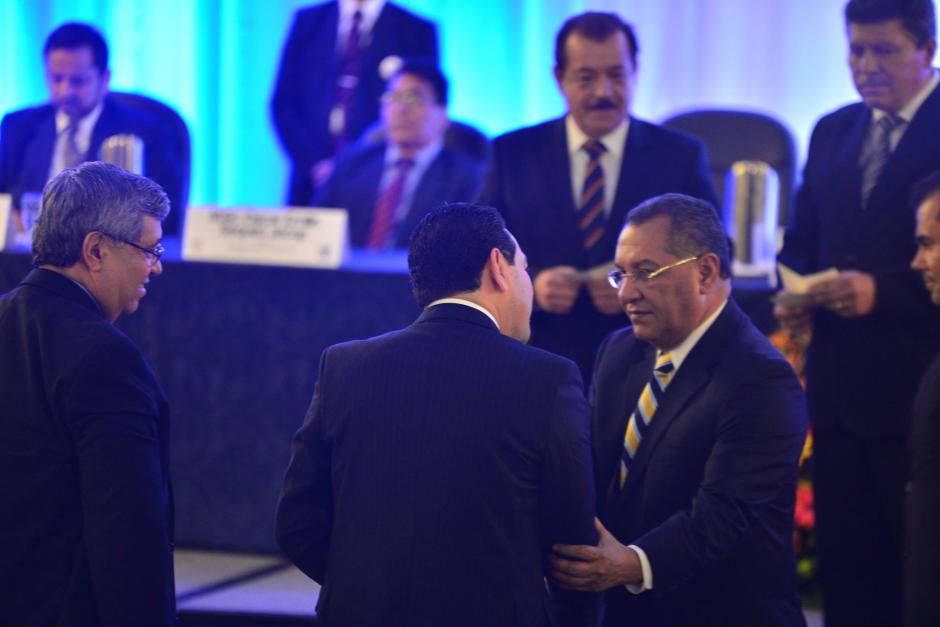 El diputado Arístides Crespo saluda al presidente electo Jimmy Morales, durante la entrega de credenciales para ocupar un cargo público durante los siguientes cuatro años. (Foto: Wilder López/Soy502)