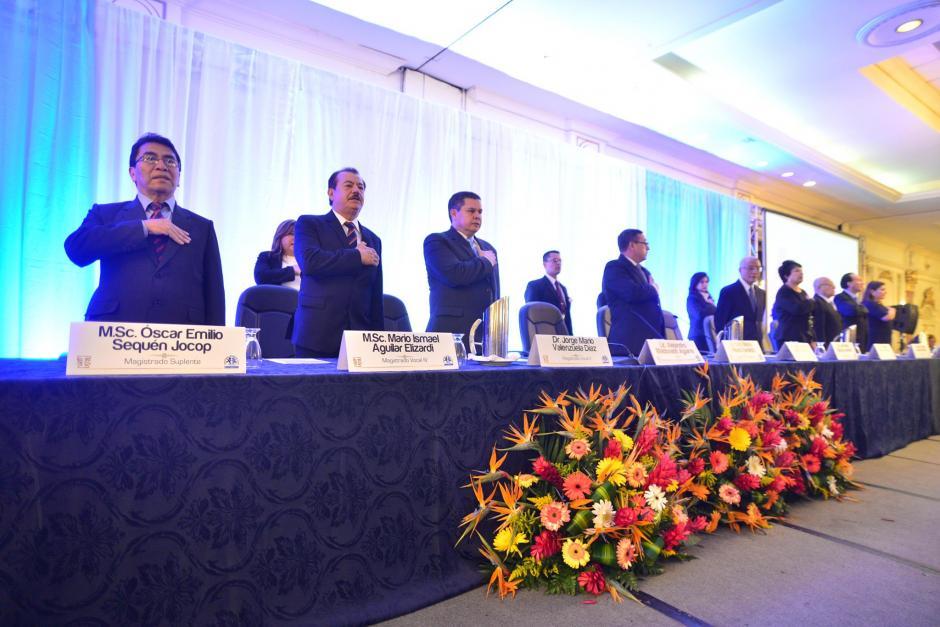 Autoridades del Tribunal Supremo Electoral participaron en la entrega de credenciales a los funcionarios electos para ocupar cargos públicos durante los próximos cuatro años. (Foto: Wilder López/Soy502)