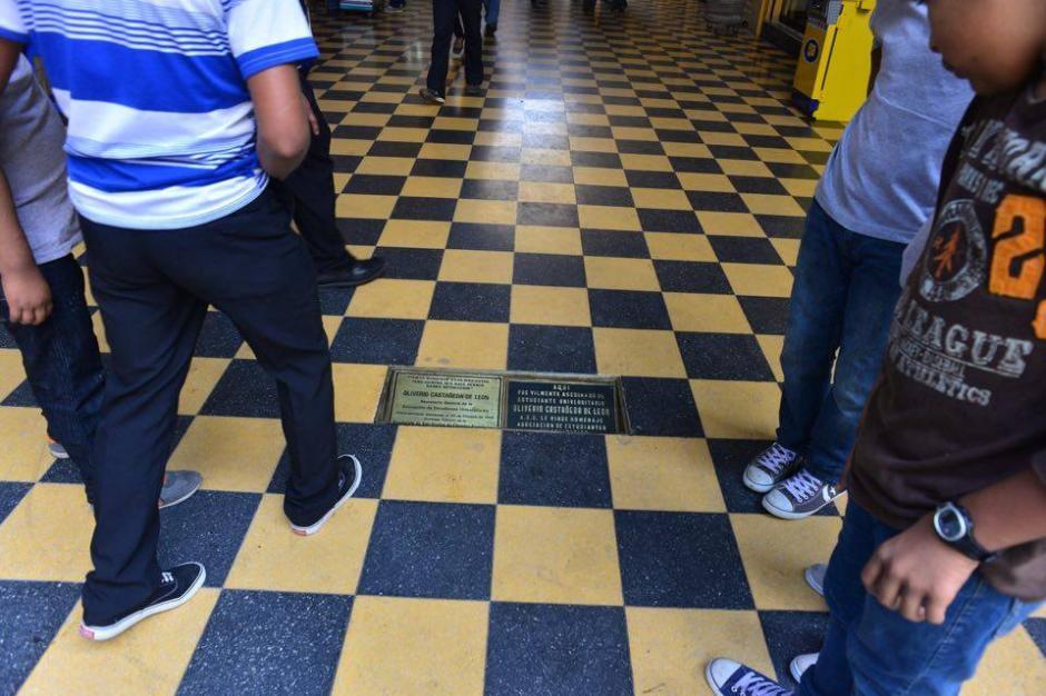 El reconocimiento está colocado en el lugar donde fue asesinado Castañeda. (Foto: Jesús Alfonso/Soy502)