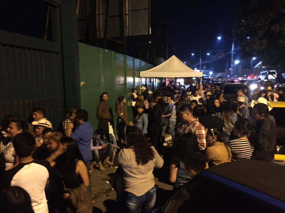 El público estaba molesto por la cancelación del concierto. (Foto: Nuestro Diario)