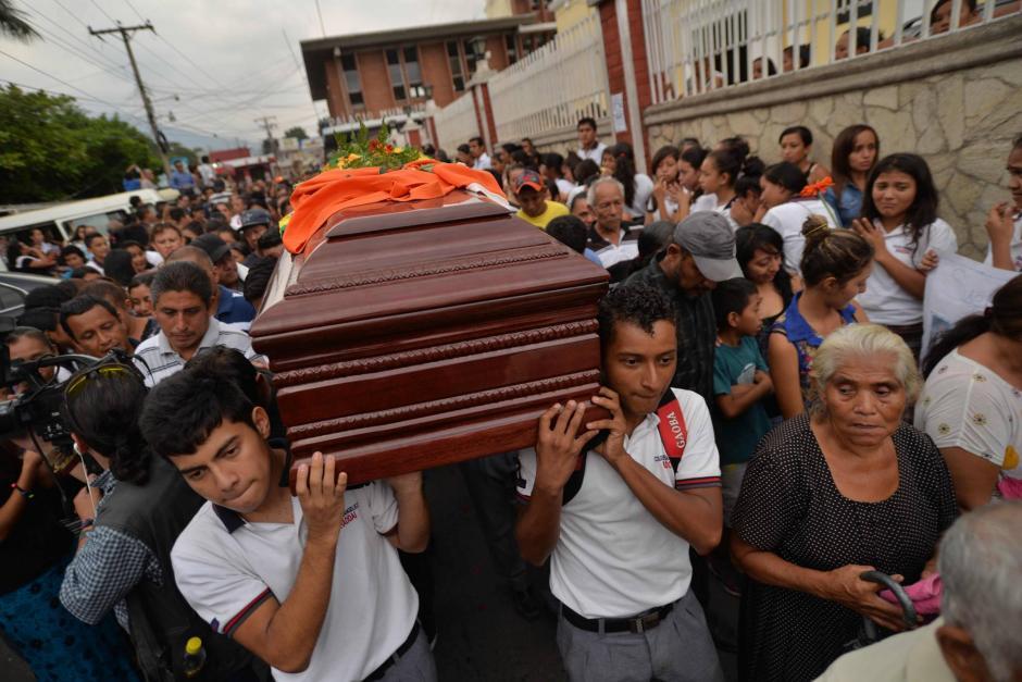 El ataúd fue llevado al Cementerio General de Santa Rosa por varios de sus alumnos. (Foto: Wilder López/Soy502)