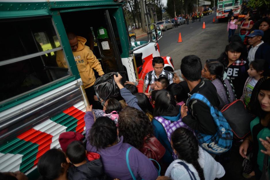 Viajeros intentan abordar autobuses en la estación de la zona 8 capitalina. (Foto: Wilder López/Soy502)