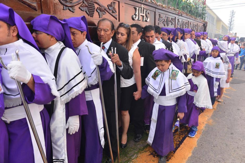 Decenas de devotos cargan la imagen durante su recorrido. (Foto: Jesús Alfonso/Soy502)