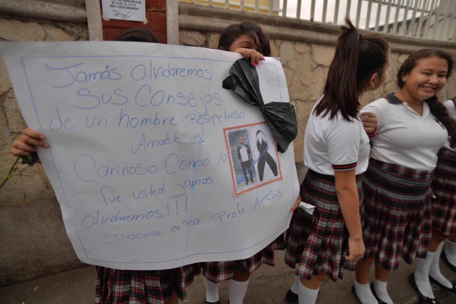 Carteles con diferentes mensajes de despedida fueron preparados por los alumnos de Arrecis. (Foto: Wilder López/Soy502)