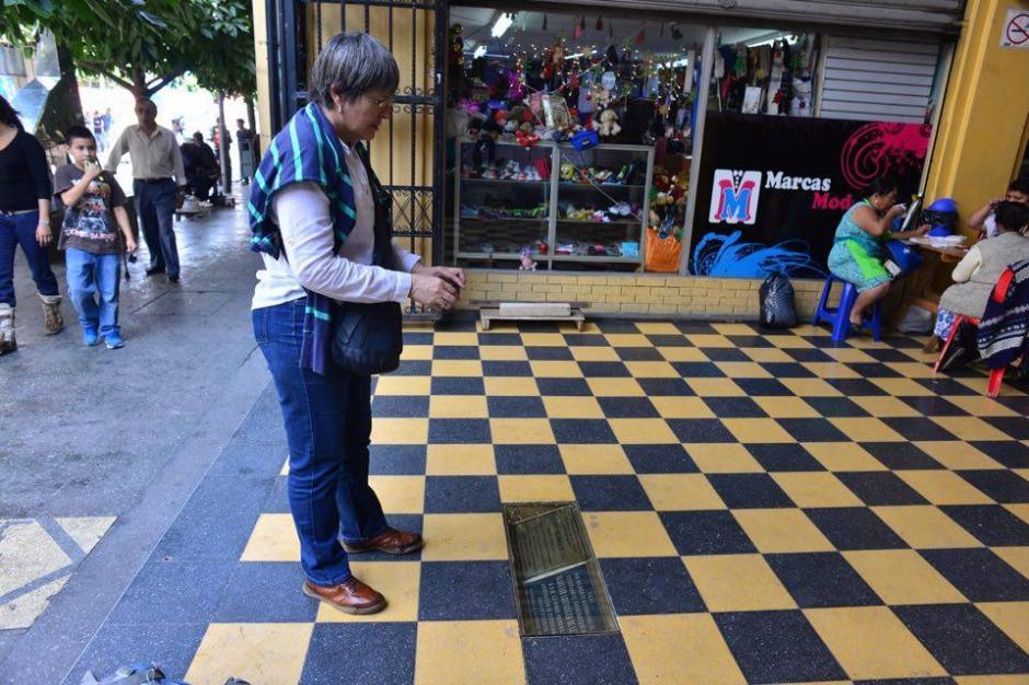 Curiosos tomaron fotografías de nuevo a la placa reubicada. (Foto: Jesús Alfonso/Soy502)