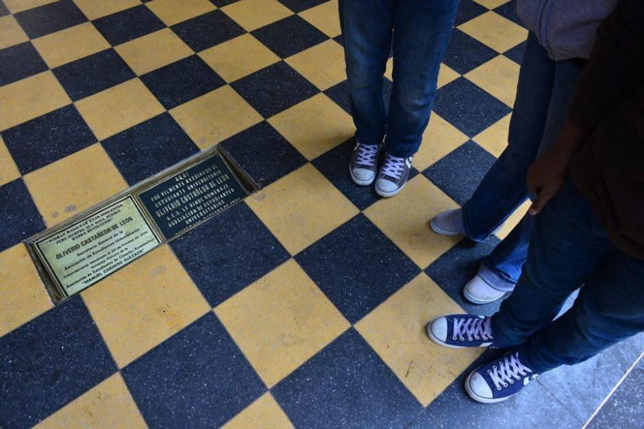 La placa fue removida para realizarle la correspondiente limpieza. (Foto: Jesús Alfonso/Soy502)