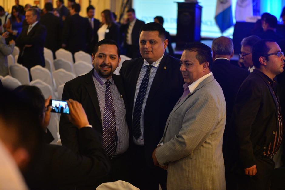 Funcionarios electos se toman fotografías durante la entrega de credenciales para ocupar los cargos el próximo periodo. (Foto: Wilder López/Soy502)