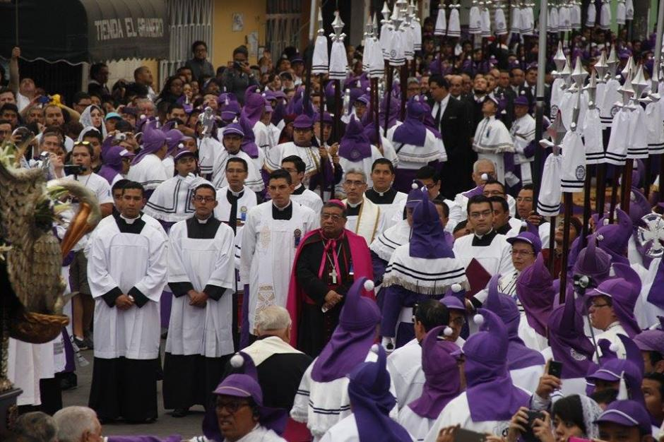Oscar Vián, Arzobispo Metropolitano acompañó el cortejo procesional. (Foto: Jorge Sente/Soy502)