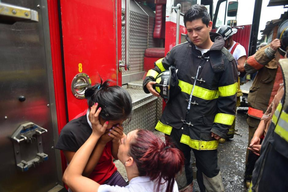 En todo momento Alejandra consoló a Emilia Cristóstomo. (Foto: Jesús Alfonso/Soy502)