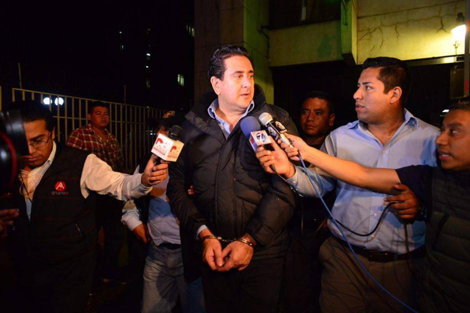 Aún saliendo de la carceleta, Alejos dio declaraciones a los medios.(Foto: Jesús Alfonso/Soy502)