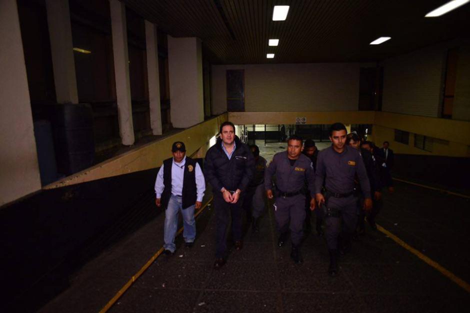 Gustavo Alejos fue sacado a pie de la carceleta ubicada en el sótano de la Torre de Tribunales. (Foto: Jesús Alfonso/Soy502)