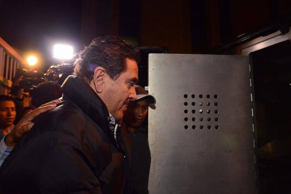 Guardias del Sistema Penitenciario conducen a Gustavo Alejos al interior de la camioneta que lo llevó al Mariscal Zavala.(Foto: Jesús Alfonso/Soy502)