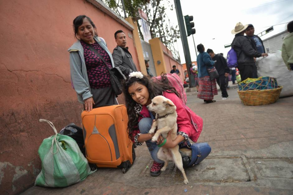 Familias y sus mascotas se preparan para viajar hacia los departamentos del país. (Foto: Wilder López/Soy502)