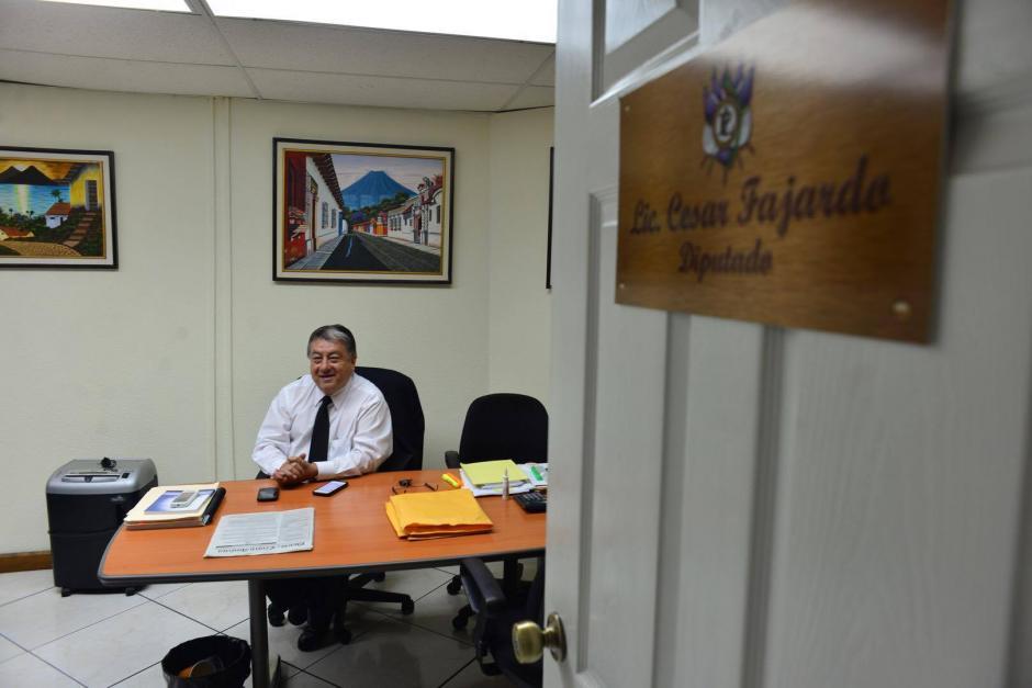 Fajardo firmó el acta de Junta Directiva en la que se autorizó la contratación de su oficina. (Foto: Jesús Alfonso/Soy502)
