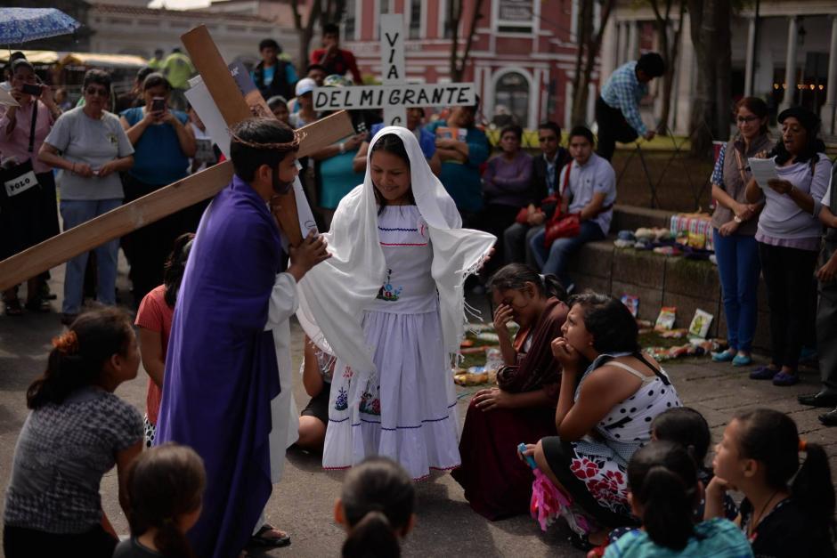 El objetivo del viacrucis es sensibilizar sobre el tema migratorio. (Foto: Wilder López/Soy502)