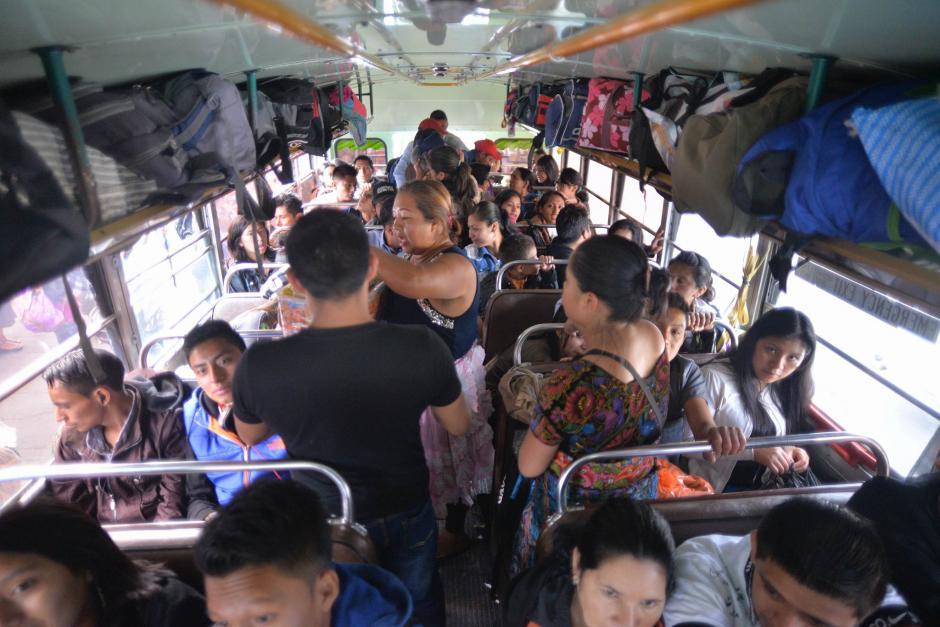 Miles de personas aprovechan el descanso para visitar a familiares. (Foto: Wilder López/Soy502)