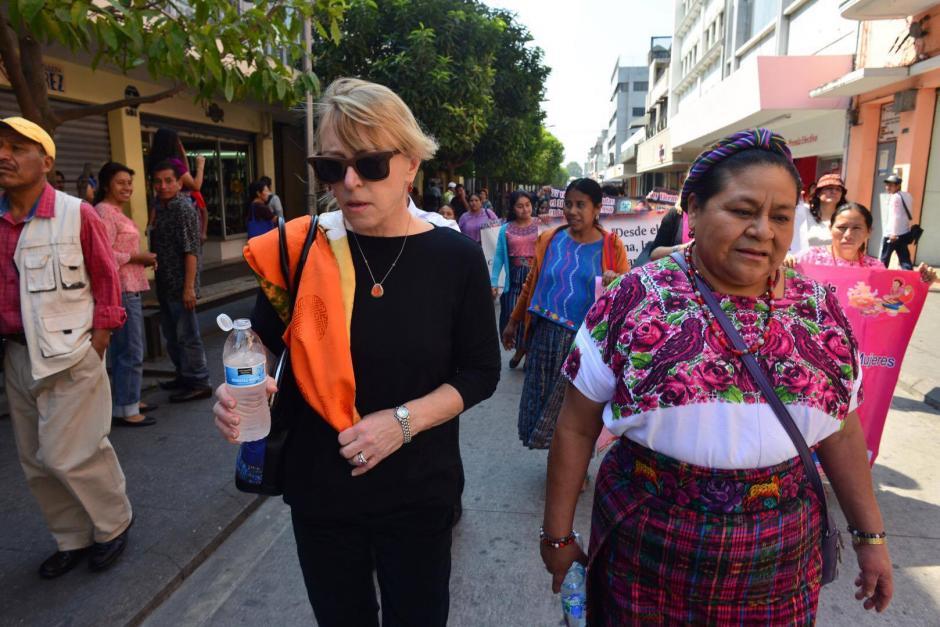 Jody Williams y Rigoberta Menchú ambas ganadoras del Premio Nobel de la Paz en 1992 y 1997 caminaron por la sexta avenida de la zona 1 capitalina. (Foto: Jesús Alfonso/ Soy502)