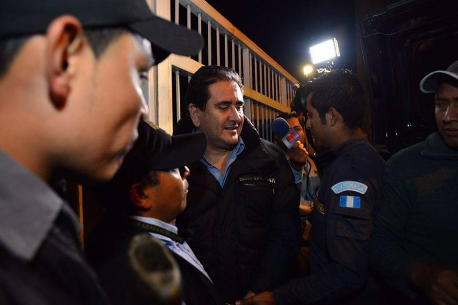 Alejos es conducido a la camioneta del Sistema Penitenciario que lo condujo el martes 29 de diciembre al Cuartel Mariscal Zavala.(Foto: Jesús Alfonso/Soy502)