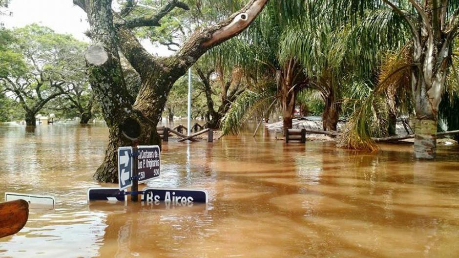 Fotografía cedida por Prensa Municipio Concordia de la ciudad entrerriana de Concordia (Argentina), en estado de emergencia con alrededor de 10,000 personas evacuadas por las inundaciones del río Uruguay. (Foto: EFE)
