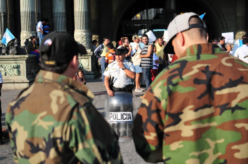 La Policía Nacional Civil resguarda el área para que manifestantes a favor y en contra de las capturas de militares retirados no se enfrenten. (Foto: Alejandro Balán / Soy502)