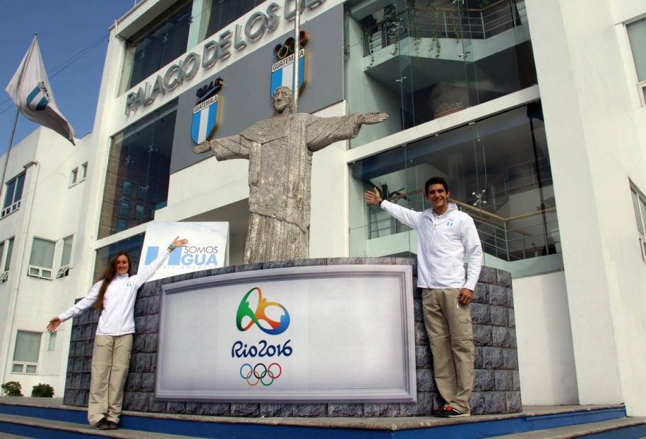 Los pentatletas guatemaltecos Isabel Brand y Charles Fernández, posan afuera del Palacio de los Deportes en la zona 5, junto a una réplica del Cristo Redentor o Cristo de Corcovado. (Foto: Comité Olímpico Guatemalteco)