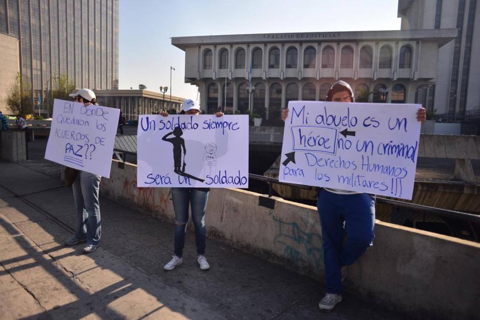 Familiares y amigos de militares retirados que rindirán su primera declaración por un caso de desaparición forzada realizan manifestación frente a la Torre de Tribunales. (Foto: Jesús Alfonso/ Soy502)