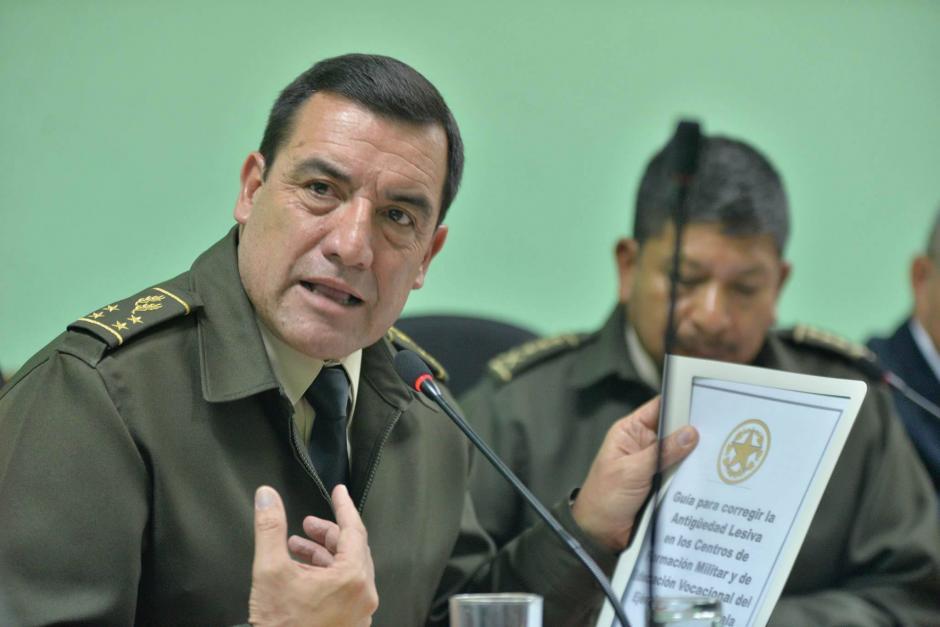 Williams Mansilla, ministro de Defensa, ofrece su explicación en la citación del Congreso. (Foto: Wilder López/Soy502)
