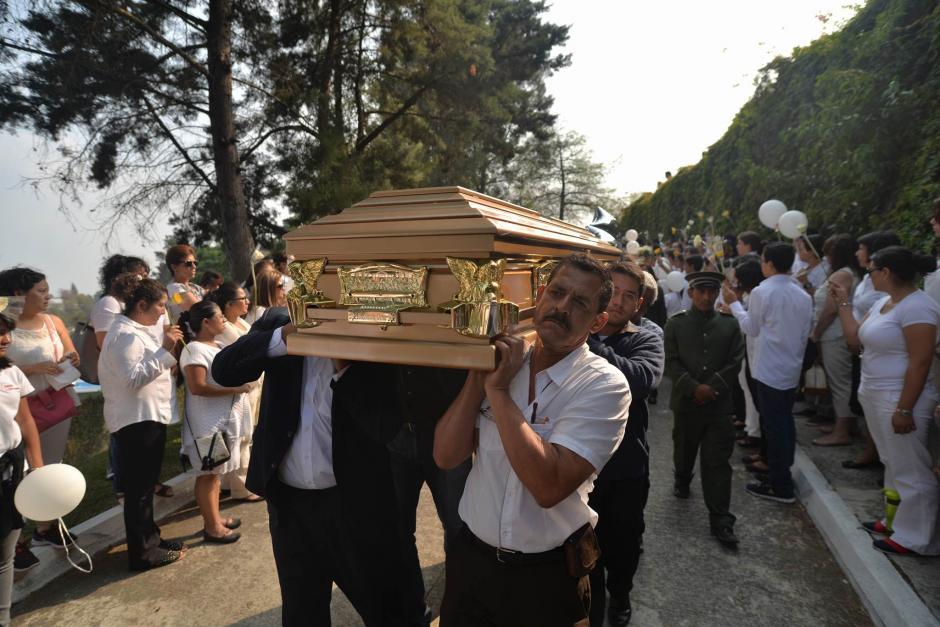 Con globos blancos y una valla de estudiantes fue despedido Alexander Aldana en el Cementerio La Colina.  (Foto: Wilder López/Soy502)