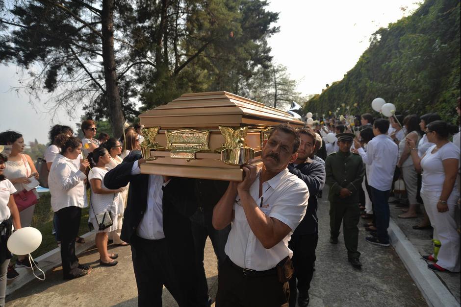 Familiares y amigos cargaron el ataúd del menor durante su sepelio. (Foto: Archivo/Soy502)