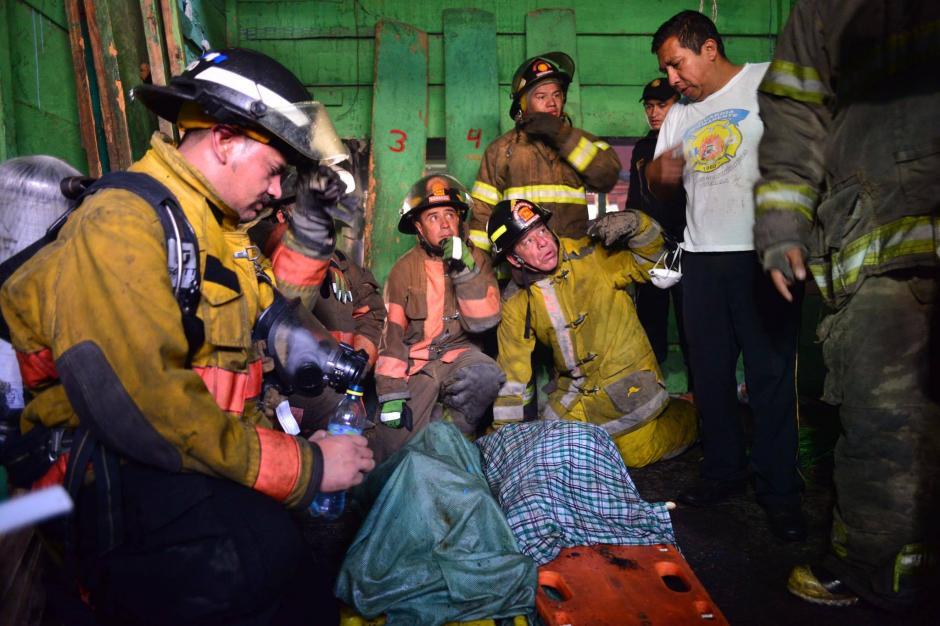Las niñas dormían dentro de las instalaciones de La Terminal. (Foto: Jesús Alfonso/Soy502)