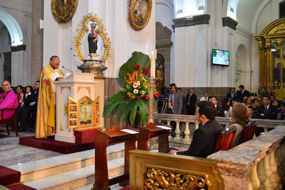 El presidente Jimmy Morales escucha al Arzobispo de Guatemala, Óscar Julio Vian, durante el Te Deum católico que se realizó en Catedral Metropolitana. (Foto: Jesús Alfonso/Soy502)