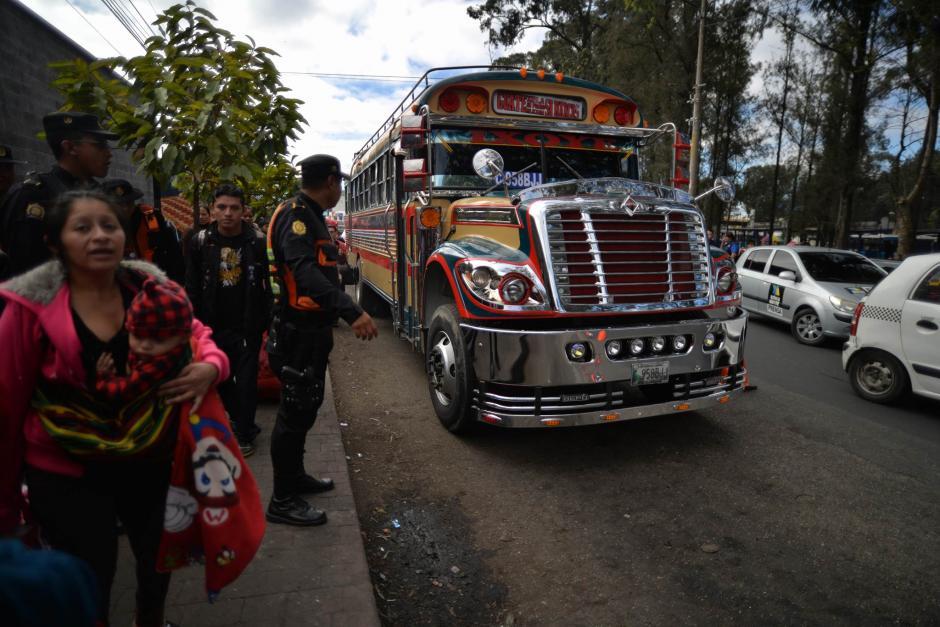 Efectivos de la PNC vigilan la estación de transporte hacia Occidente. (Foto: Wilder López/Soy502)