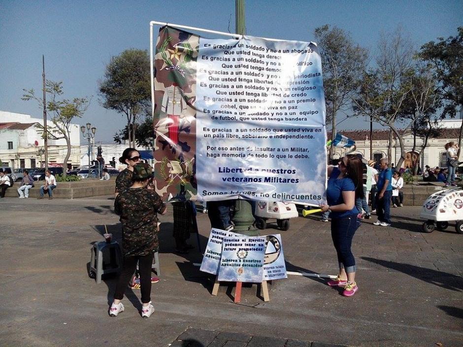 Un grupo de al menos 1 mil 500 personas entre familiares y amigos de los militares retirados que fueron capturados protestaron para pedir su liberación. (Foto: Alejandro Balán/Soy502)