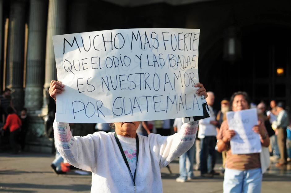 Guatemaltecos a favor y en contra de la captura de militares retirados protestaron en la Plaza de la Constitución. (Foto: Alejandro Balán/ Soy502)