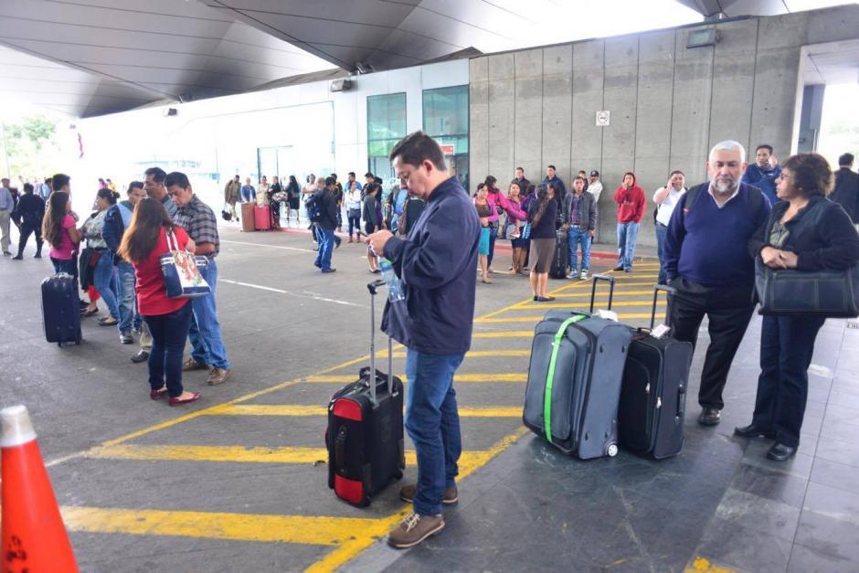 Cientos de viajeros afectados por el bloqueo en el ingreso al Aeropuerto Internacional La Aurora, donde empleados exigen que se regularicen los pagos de salarios. (Foto: Jesús Alfonso/ Soy502)