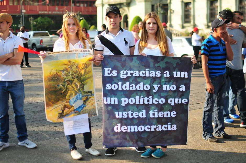 Un grupo de familiares y amigos de los militares retirados que fueron capturados recientemente protestaron para pedir que sean liberados. (Foto: Alejandro Balán/ Soy502)