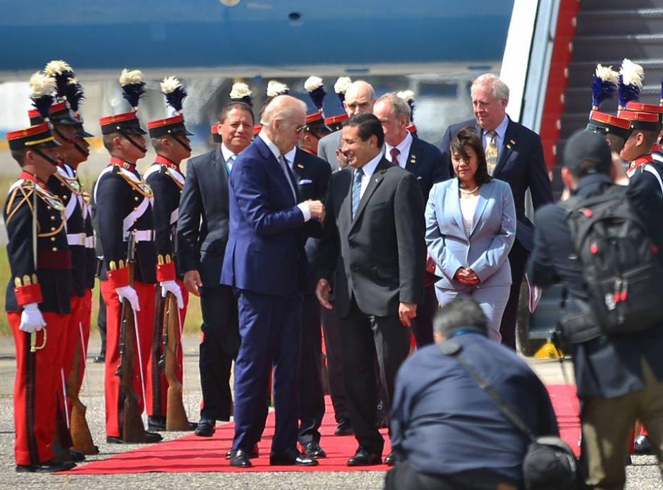El Vicepresidente de los Estados Unidos Joe Biden junto al canciller Carlos Morales en su llegada al país para la toma de posesión del presidente Otto Pérez Molina. (Foto: Jesús Alfonso/ Soy502)